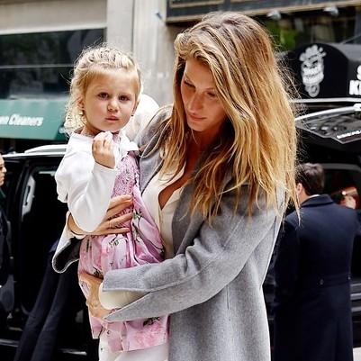 Gisele Bündchen passeia com a família em Nova York