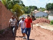 Prefeito Marcos Elvas visita obra de Pavimentação