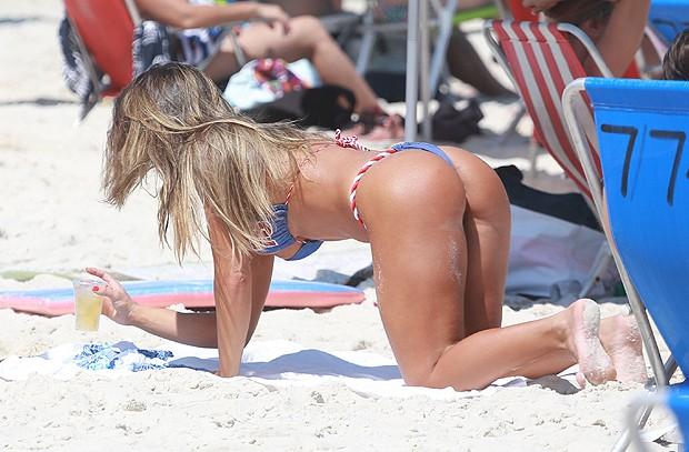 Nicole Bohls exibe belas curvas na praia
