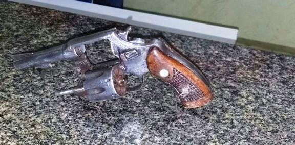 Revolver encontrado com assaltantes (Crédito: Reprodução)