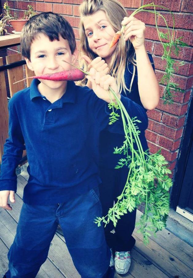 Menino planta orgânicos (Crédito: Reprodução)