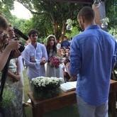 Felipe Simas se casa em cerimônia ao ar livre no sítio da família