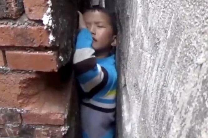 Menino preso entre paredes (Crédito: Reprodução)