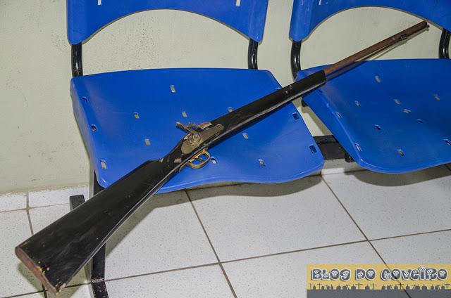 Arma encontrada com suspeito (Crédito: Reprodução)