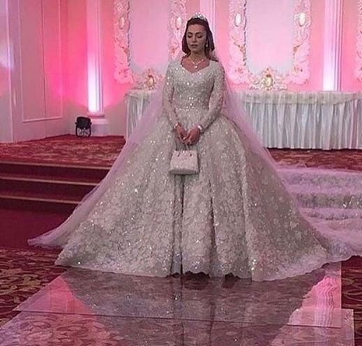 A noiva, a estudante de odontologia Khadija Uzhakhovs