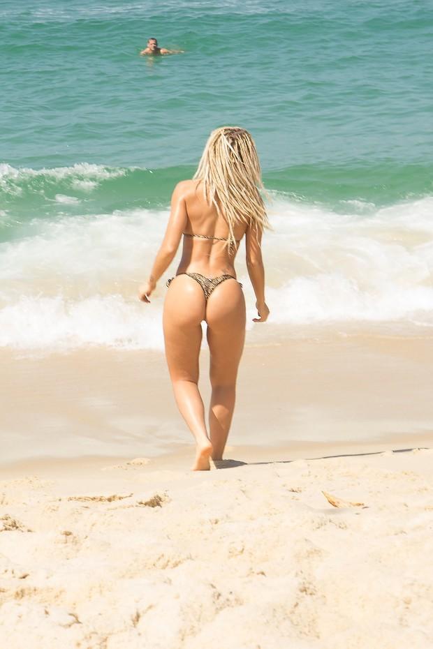Mendigata exibe belas curvas em praia  (Crédito: Rafael Antonio / MF Models Assessoria )