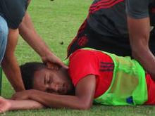 Lateral do Fla leva pancada, desmaia e deixa treino de ambulância