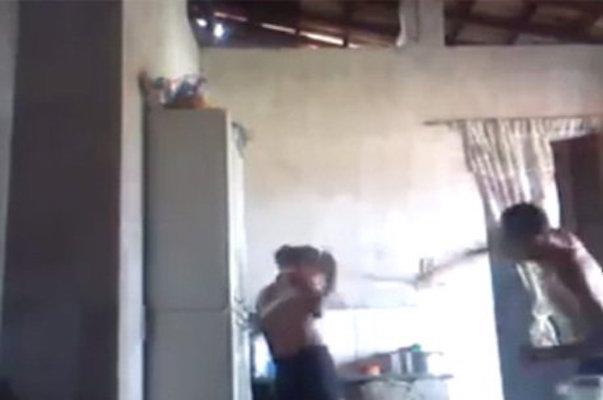 Adolescente sendo espancada por pedaço de madeira (Crédito: Reprodução)