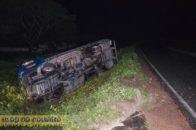 Motorista tombou caminhão na PI-113 (Crédito: Blog do Coveiro)