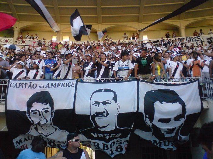 Bandeira de Barbosa entre os também ídolos Mauro Galvão e Edmundo
