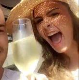 Em Búzios,Ana Paula bebe champanhe de manhã e paga diária de R$ 400