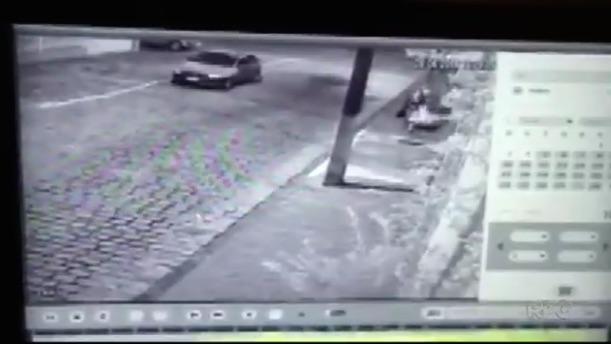 Idosa caminha quando é surpreendida por dois homens (Crédito: Reprodução)