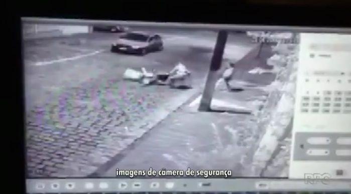 Os criminosos jogam a mulher com força no chão (Crédito: Reprodução)