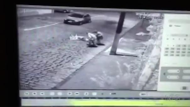 Assaltantes aproveitam para roubar os seus pertences (Crédito: Reprodução)