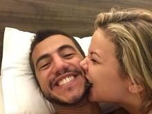 Ex-BBBs Matheus e Cacau postam foto em clima de chamego na cama