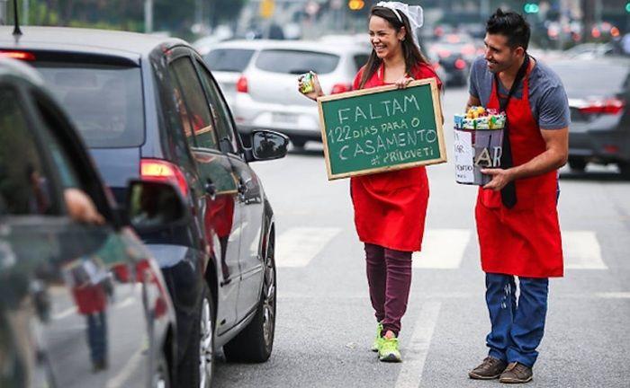 Casal vende bombons em semáforo (Crédito: Reprodução)