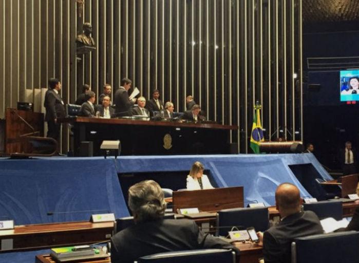 Renan Calheiros reabre sessão de votação de afastamento temporário de Dilma