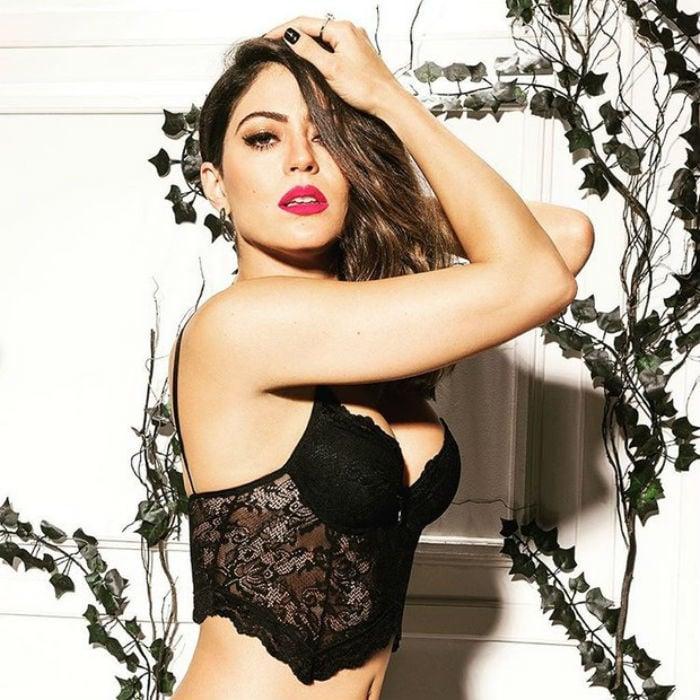 Carol Castro posa sensual para marca de lingerie