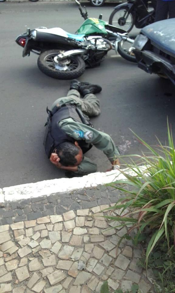 Policial aguardando o atendimento médico (Crédito: Reprodução)