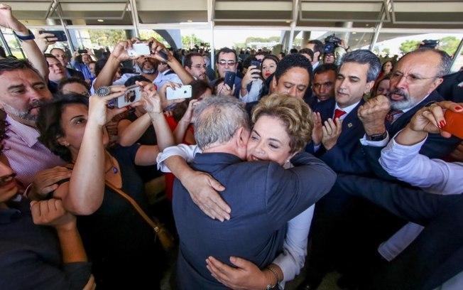 Dilma abraça o ex-presidente Lula