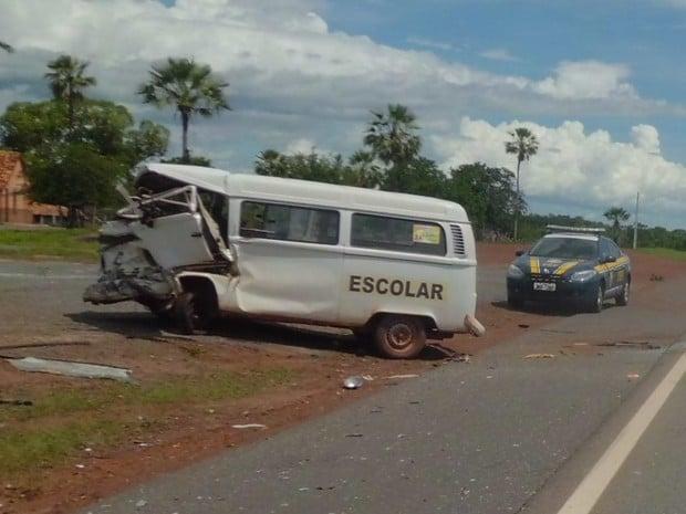 Colisão de carro e Kombi escolar deixa 7 feridos (Crédito: Divulgação)