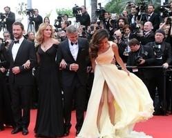 Esposa de George Clooney quase mostra demais em Cannes; fotos