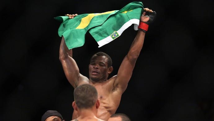 Massaranduba derrotou Yancy Medeiros no UFC 198 ( (Crédito: Giuliano Gomes/PR PRESS)