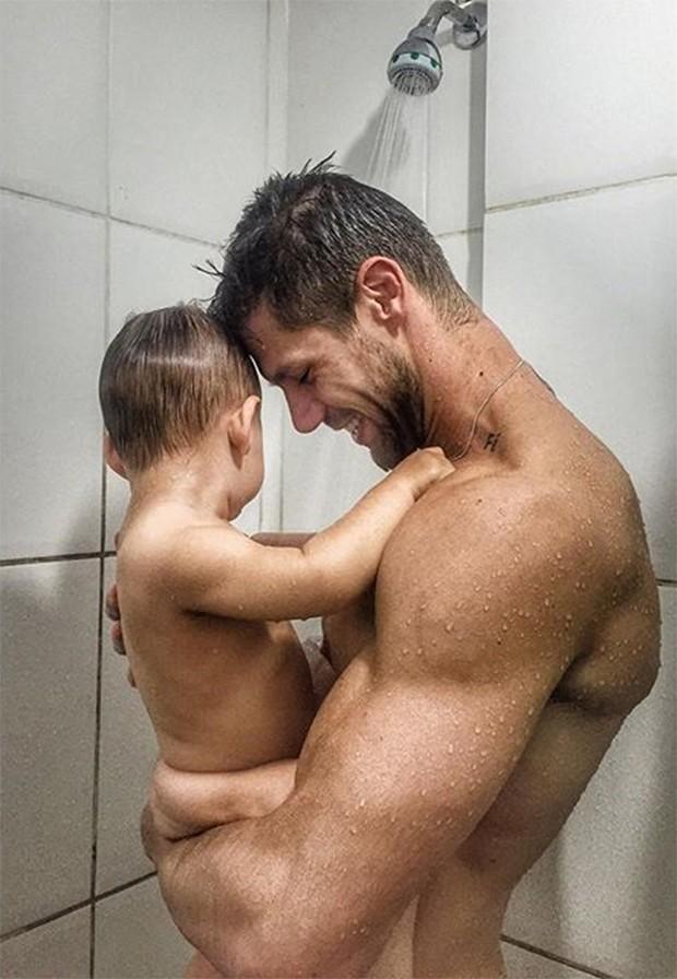 Ex-BBB Jonas e o filho (Crédito: Instragram)
