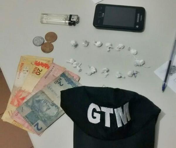 os dois estavam em posse de 13 papelotes de cocaína  (Crédito: Divulgação)