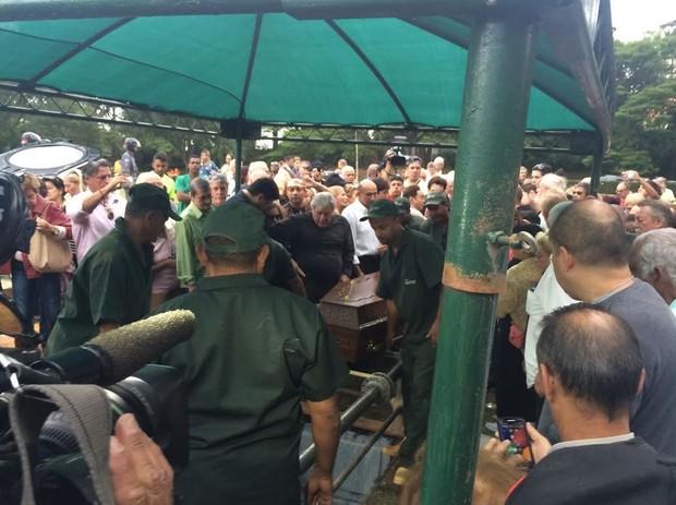 Corpo de Cauby Peixoto é enterrado  (Crédito: Ego)
