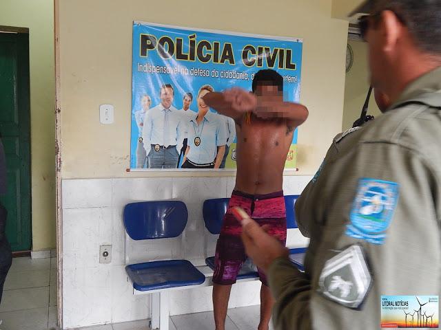 Adolescente sendo apreendido pela polícia militar (Crédito: Reprodução)