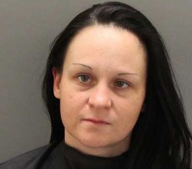 Aimee Marie James mostrou seios para detento