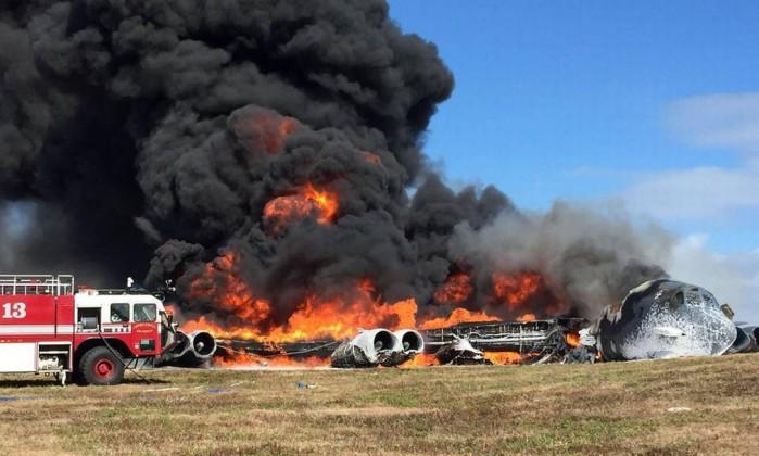 B-52 fica em chamas após acidente  (Crédito: Divulgação)