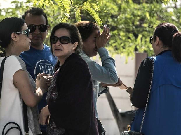 Famílias de passageiros aguardam notícias no aeroporto do Cairo (Crédito: AFP)