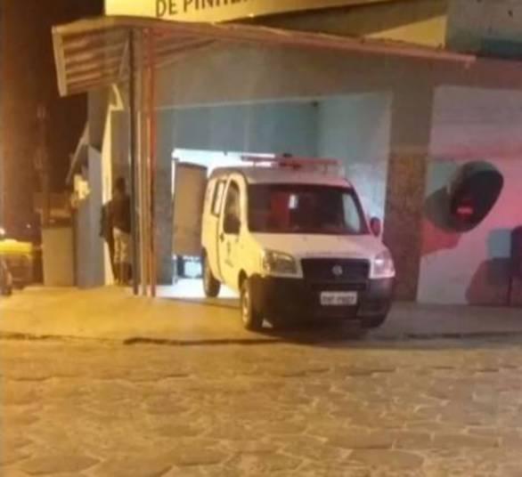 Ambulância foi interceptada por criminosos (Crédito: Reprodução)