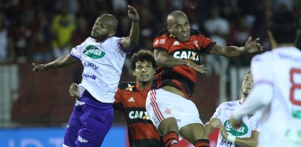 Sheik disputa a bola com os jogadores do Fortaleza (Crédito: Divulgação)