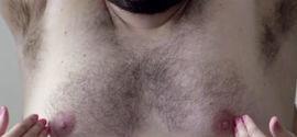 Campanha alerta sobre câncer de mama usando seios masculinos