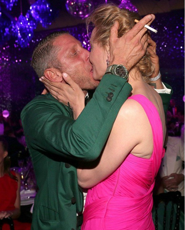 O beijo leiloado pela atriz Uma Thurman  (Crédito: Reprodução)