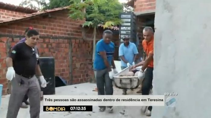 Remoção dos corpos em crime na zona Leste (Crédito: Reprodução/TV Meio Norte)