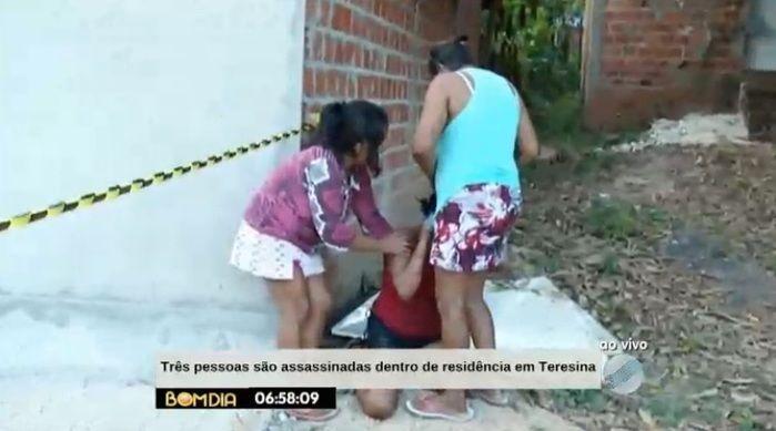 Mãe de uma das vítimas se desespera no local (Crédito: Reprodução/TV Meio Norte)