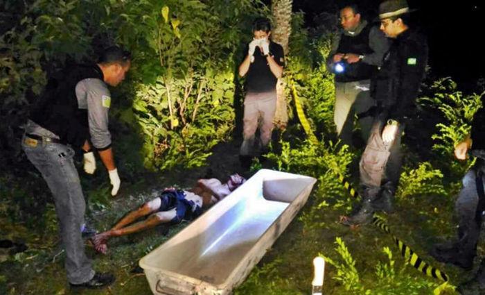 Policiais recolhem um dos corpos do duplo homicídio (Crédito: Blog do Coveiro)