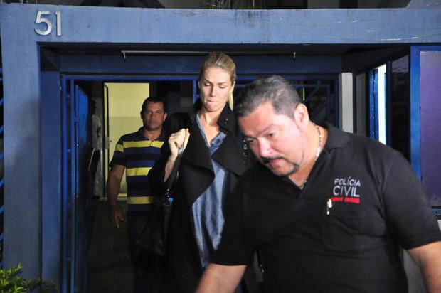 Ana Hickmann deixa delegacia após depoimento (Crédito: Ego)