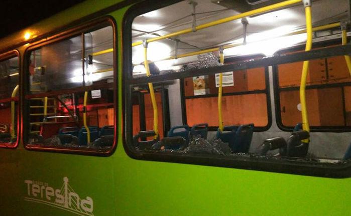 Ônibus ficou com a parte lateral danificada (Crédito: Divulgação/ Polícia Militar)