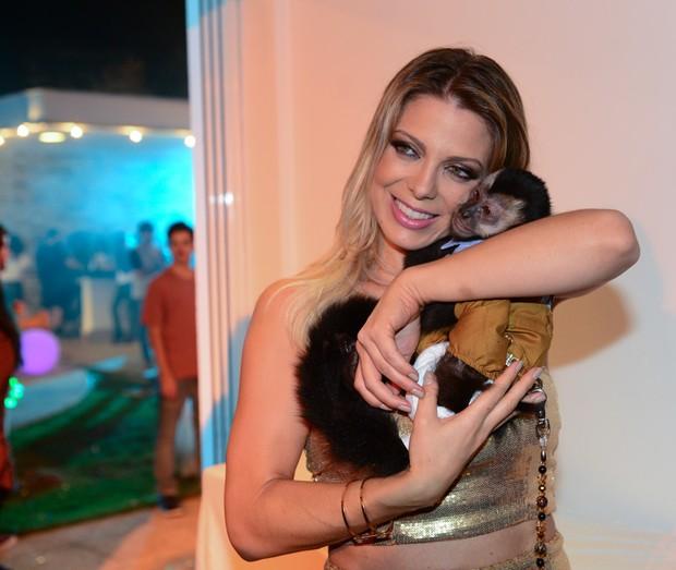 Sheila Mello posa com macaco de Latino  (Crédito: Divulgação)