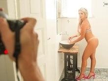Veridiana Freitas posa em ensaio sensual e diz que ama mandar nudes