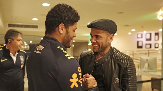 Hulk e Daniel Alves (Crédito: Reprodução)