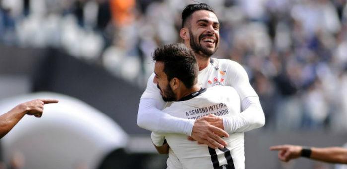 Jogadores comemoram um dos gols contra a Ponte Preta (Crédito: Estadão)