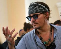 Amber Heard entra com pedido de divórcio de Johnny Depp