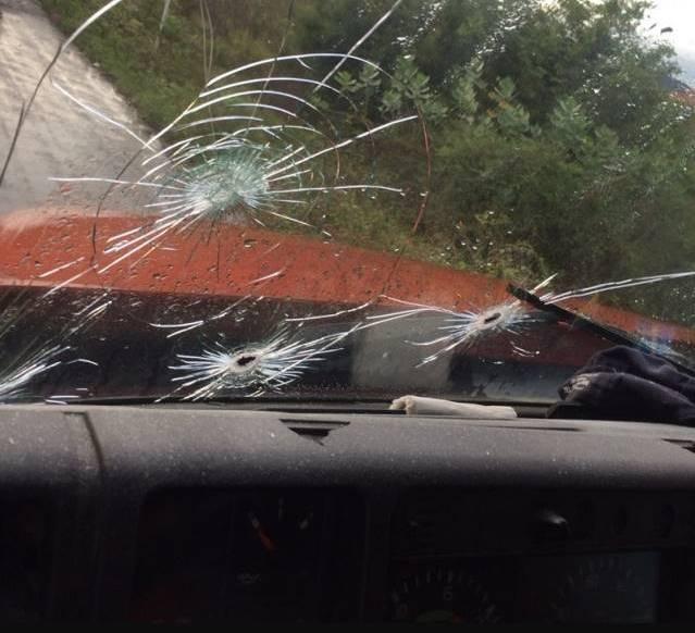 Veículo atingido com vários tiros
