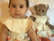 Deborah Secco veste a filha combinando com roupa de urso